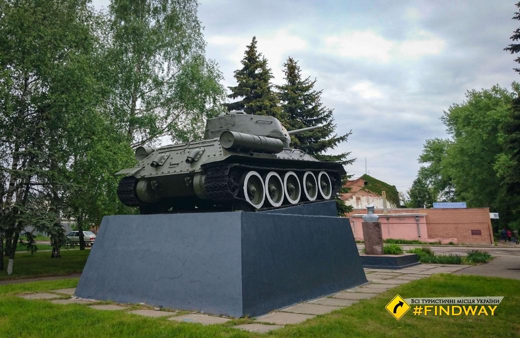 Пам'ятник Т-34 та Копцову В.А., привокзальна площа ст.Лихачове, Первомайський
