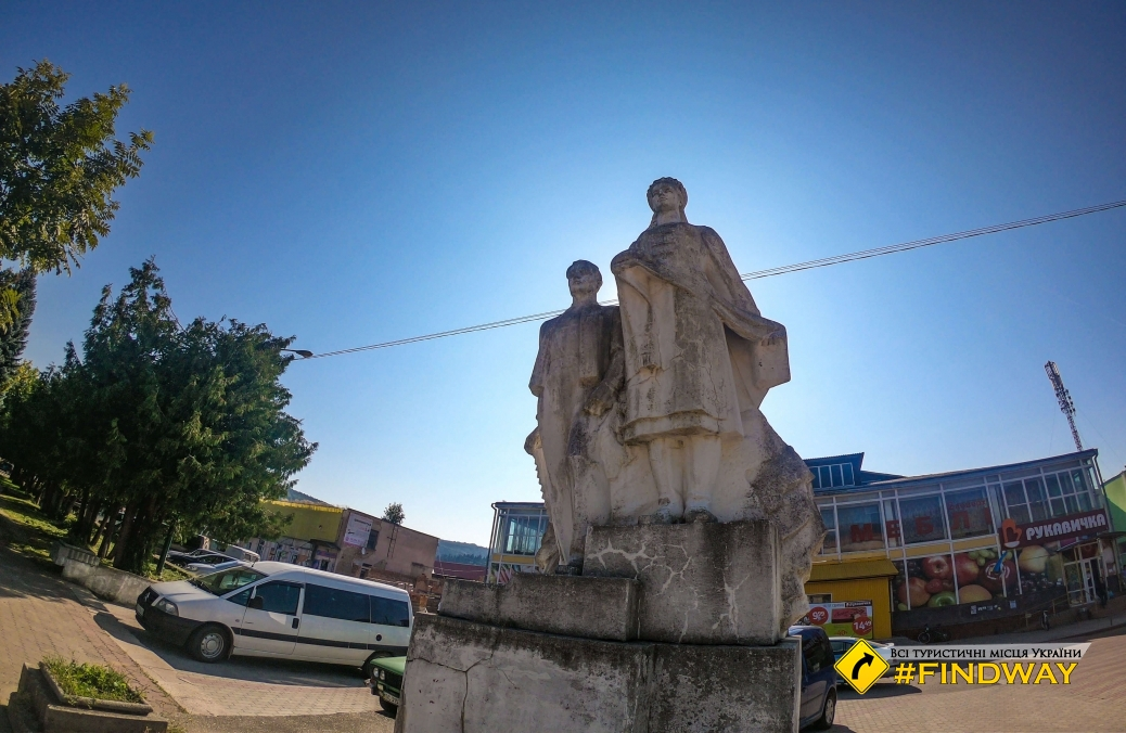 Площадь Независимости, Сколе